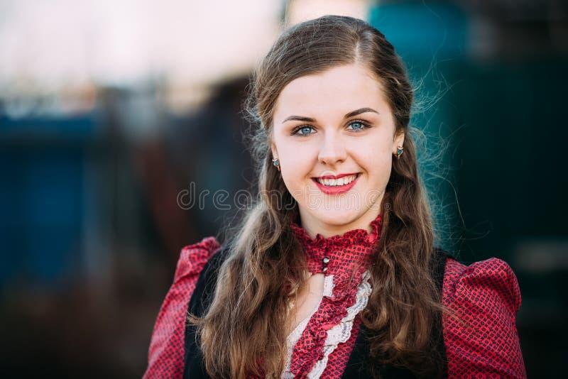 Portret van Jonge vrij Kaukasische Gelukkige Glimlachende Meisjesvrouw met Blauwe Ogen, Golvend Bruin Lang Haar in Rood Overhemd royalty-vrije stock afbeeldingen