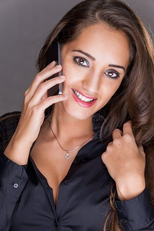 Portret van jonge vrolijke glimlachende vrouw stock fotografie
