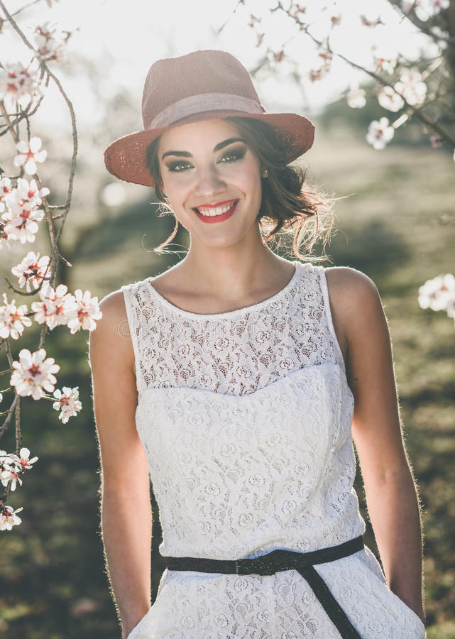 Portret van jonge vrouw in de gebloeide tuin in de lente tim stock fotografie