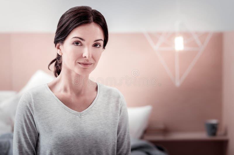 Portret van jonge vrouw die kalmte uitdrukken stock fotografie