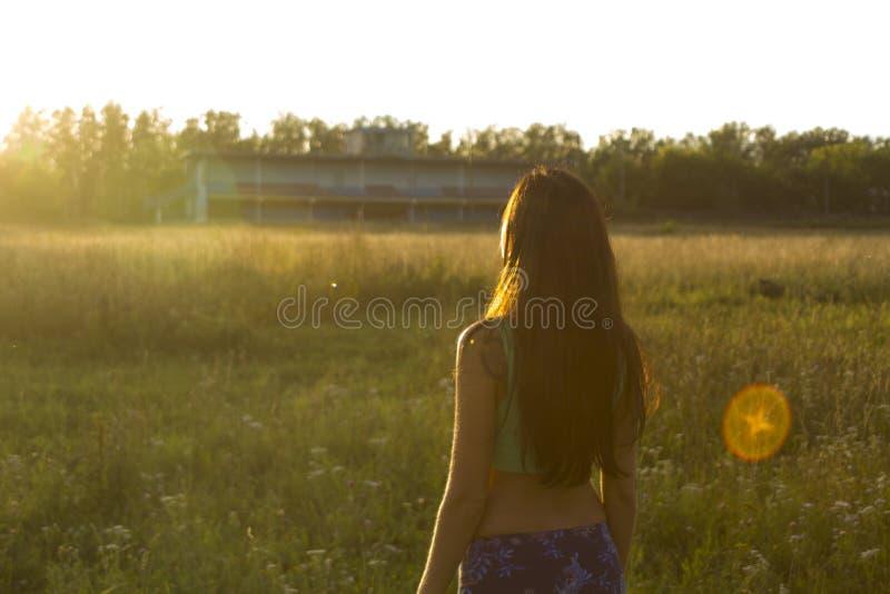 Portret van jonge vrouw die op de zonsondergang letten royalty-vrije stock foto