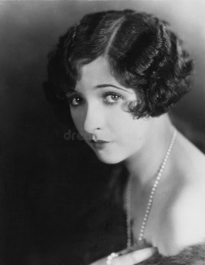 Portret van jonge vrouw die parelhalsband dragen (Alle afgeschilderde personen leven niet langer en geen landgoed bestaat Leveran royalty-vrije stock foto's