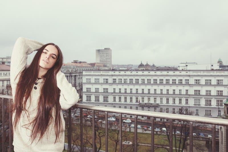 Portret van jonge vrouw die van ochtend op terras genieten royalty-vrije stock afbeeldingen