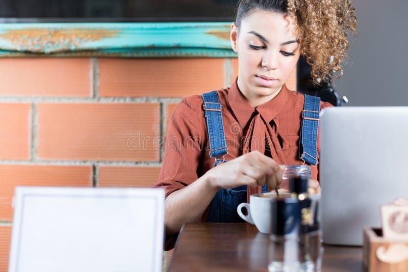 Portret van jonge vrouw het bewegen koffie royalty-vrije stock fotografie
