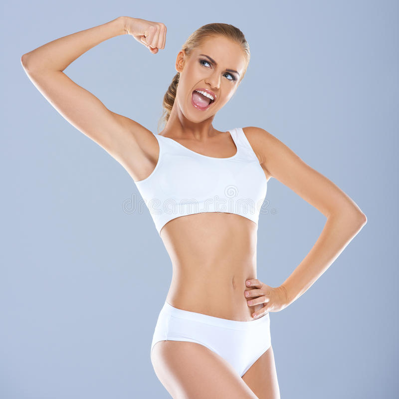Portret van jonge vrouw in het witte sportsbra glimlachen stock foto's