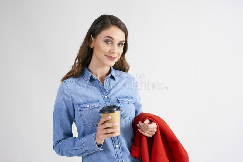 Portret van jonge vrouw met beschikbare kop van koffie royalty-vrije stock foto