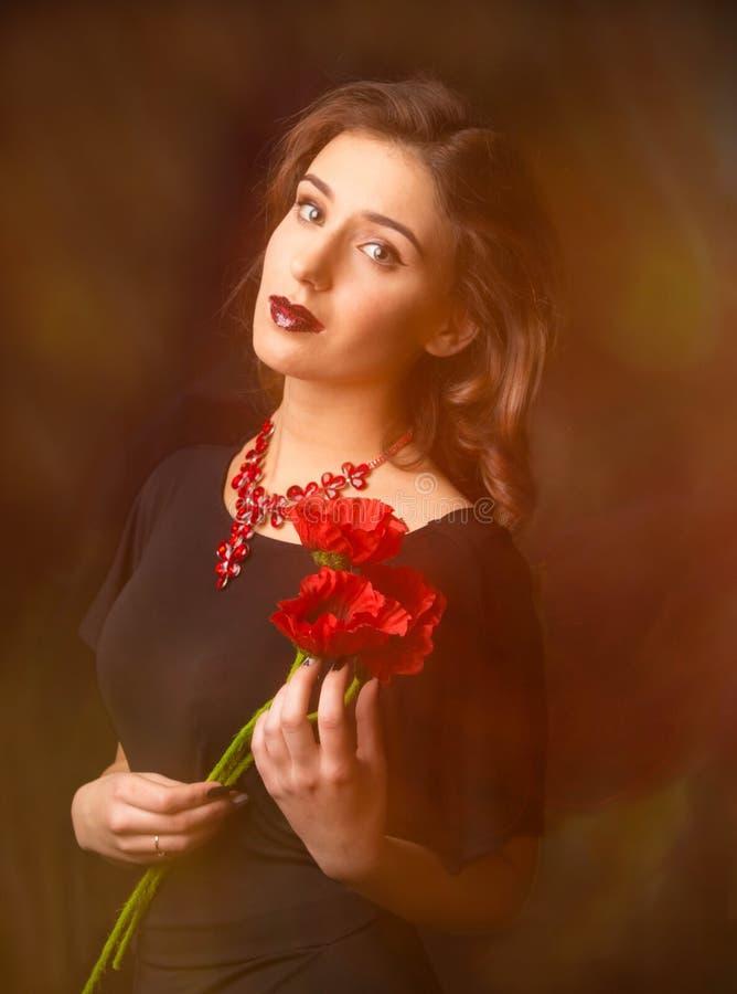 Portret van jonge vrouw met bloemen stock foto's