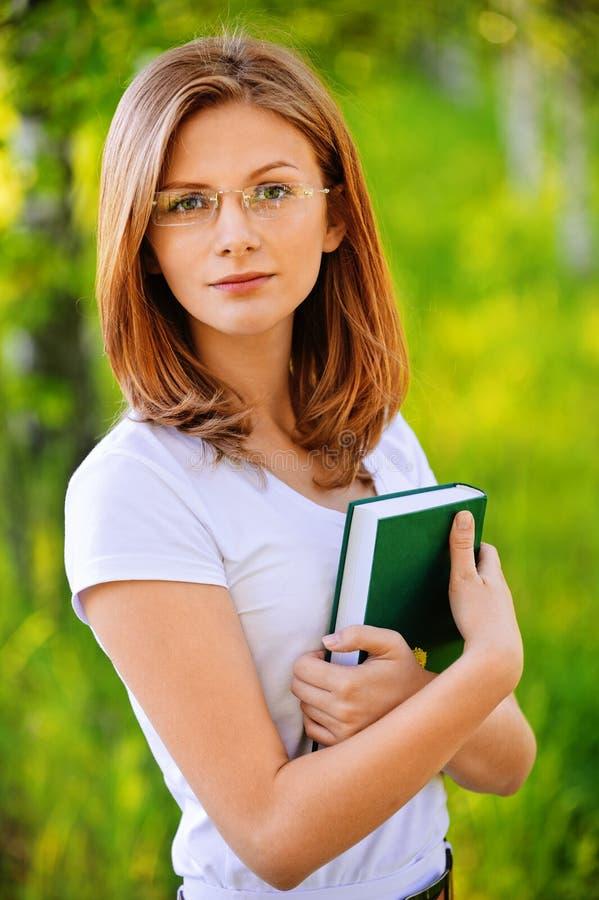 Portret van jonge vrouw met boek royalty-vrije stock afbeelding