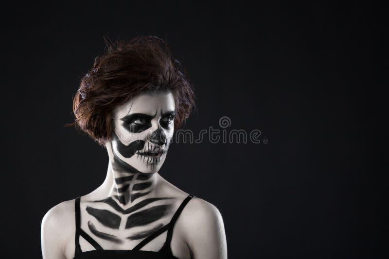Portret van jonge vrouw met doen schrikken Halloween-make-up op zwarte achtergrond royalty-vrije stock fotografie