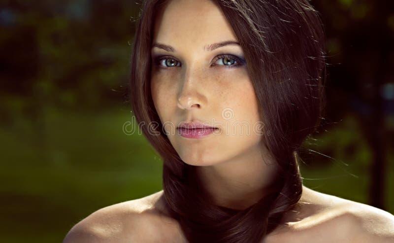 Portret van jonge vrouw met donker bruin haar royalty-vrije stock afbeeldingen
