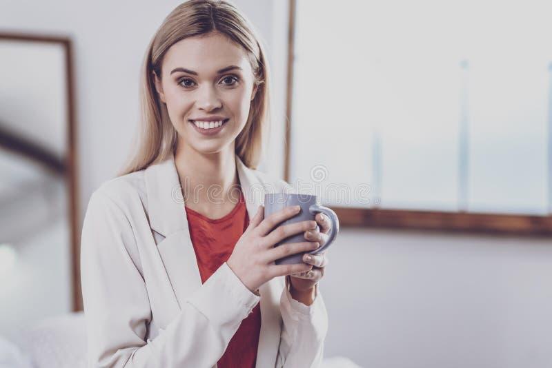 Portret van jonge vrouw met een kop thee stock foto's