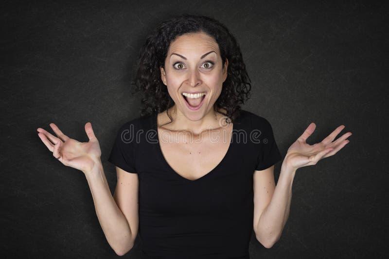 Portret van jonge vrouw met een verrassingsuitdrukking stock foto
