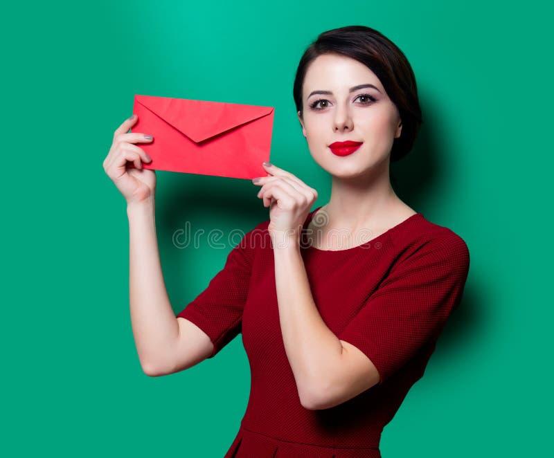 Portret van jonge vrouw met envelop stock afbeelding