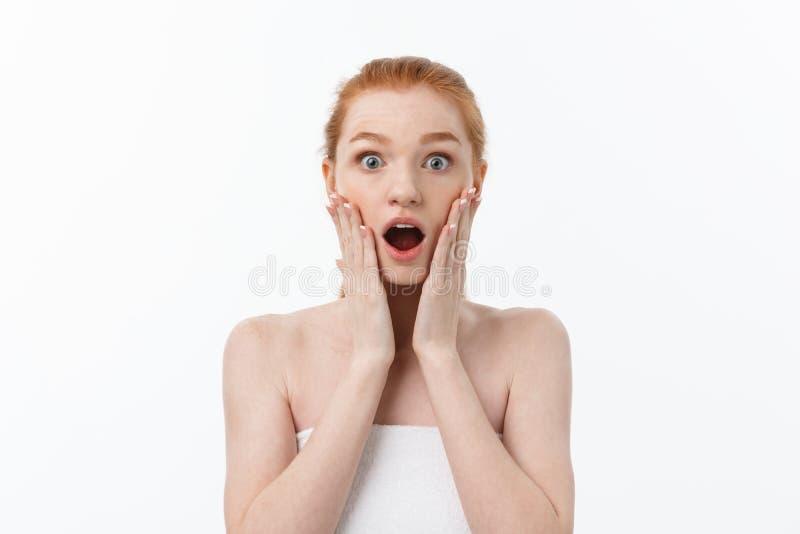 Portret van jonge vrouw met geschokte gelaatsuitdrukking stock afbeelding