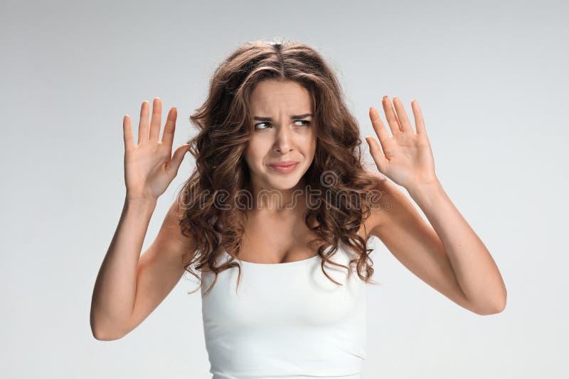 Portret van jonge vrouw met geschokte gelaatsuitdrukking stock fotografie