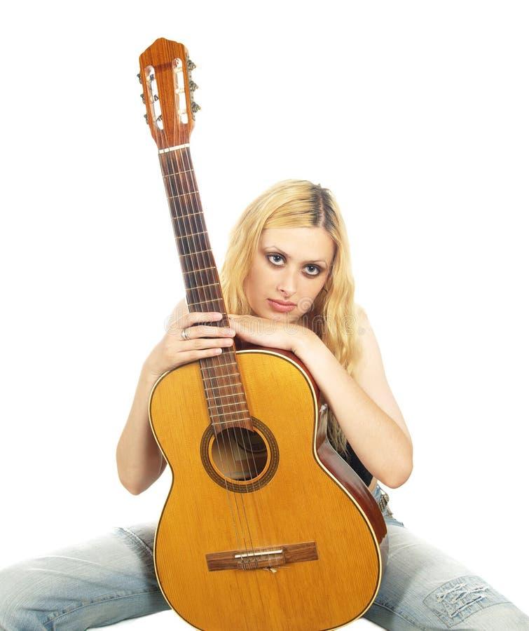 Portret van jonge vrouw met gitaar stock foto's