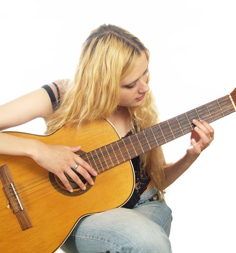 Portret van jonge vrouw met gitaar stock afbeeldingen