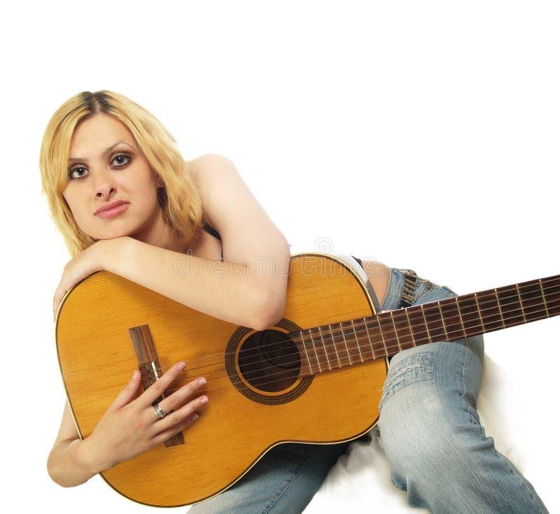 Portret van jonge vrouw met gitaar stock fotografie