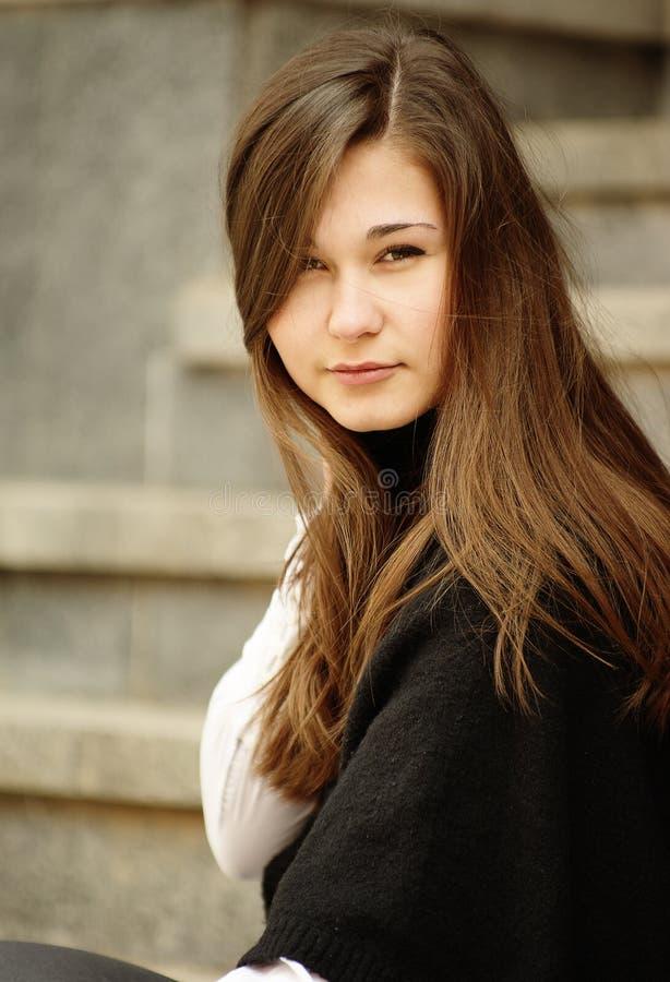 Portret van jonge vrouw met lang stock afbeeldingen