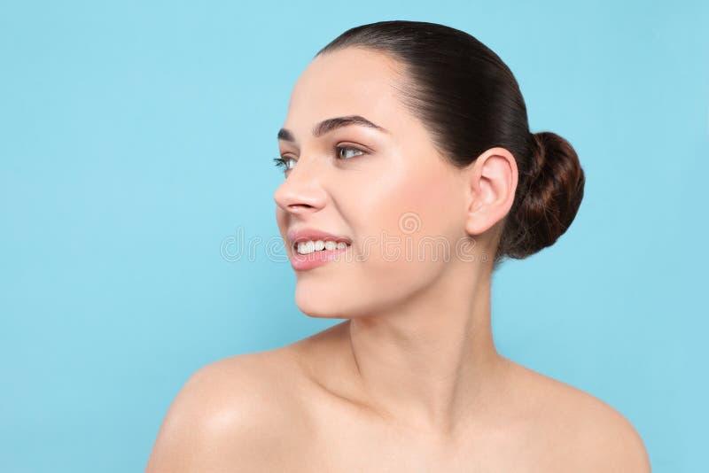 Portret van jonge vrouw met mooi gezicht en natuurlijke make-up stock afbeelding