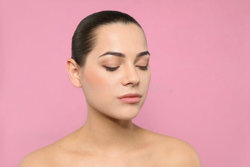 Portret van jonge vrouw met mooi gezicht en natuurlijke make-up royalty-vrije stock fotografie