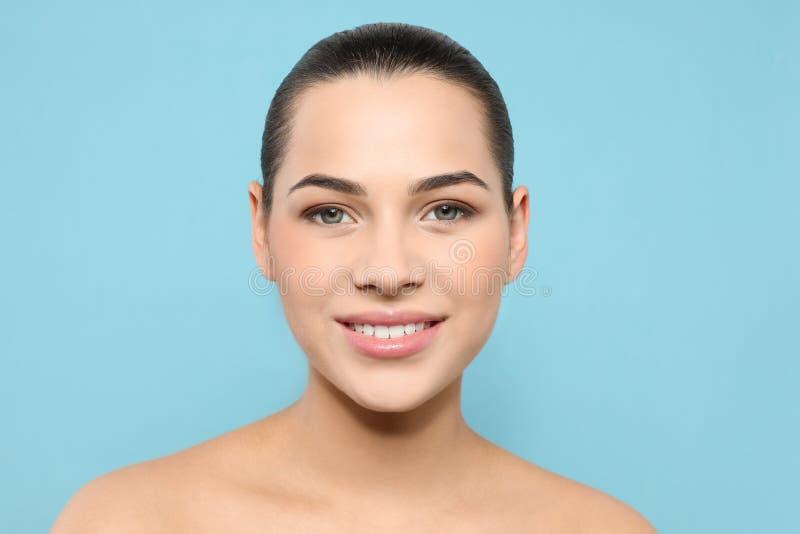 Portret van jonge vrouw met mooi gezicht en natuurlijke make-up stock afbeeldingen