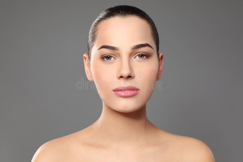 Portret van jonge vrouw met mooi gezicht en natuurlijke make-up royalty-vrije stock afbeeldingen