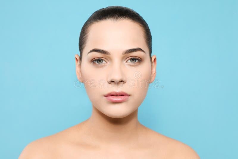 Portret van jonge vrouw met mooi gezicht en natuurlijke make-up stock fotografie