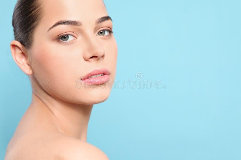 Portret van jonge vrouw met mooi gezicht en natuurlijke make-up op kleurenachtergrond, close-up royalty-vrije stock foto