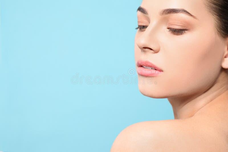 Portret van jonge vrouw met mooi gezicht en natuurlijke make-up op kleurenachtergrond, close-up royalty-vrije stock fotografie