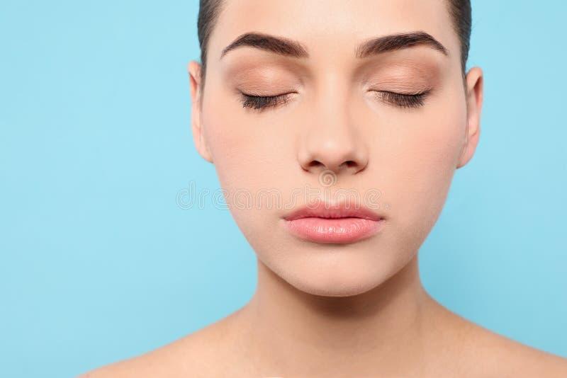 Portret van jonge vrouw met mooi gezicht en natuurlijke make-up op kleurenachtergrond, close-up royalty-vrije stock foto's