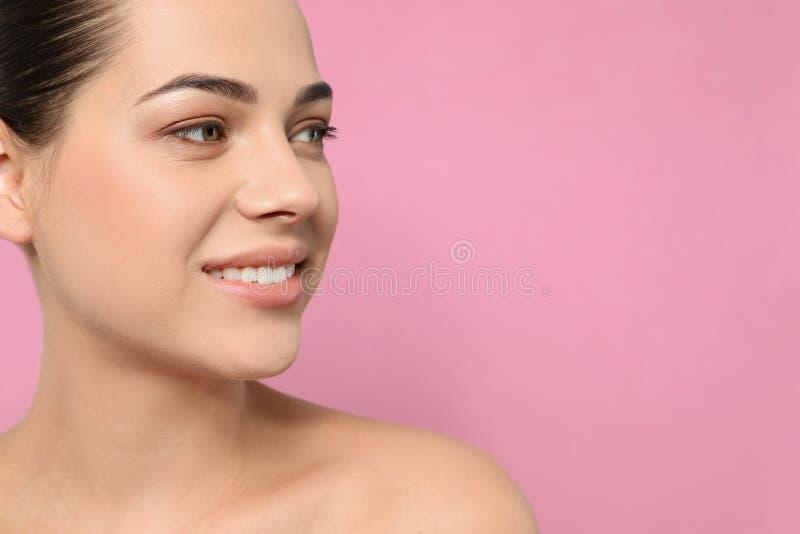 Portret van jonge vrouw met mooi gezicht en natuurlijke make-up op kleurenachtergrond, close-up stock foto's