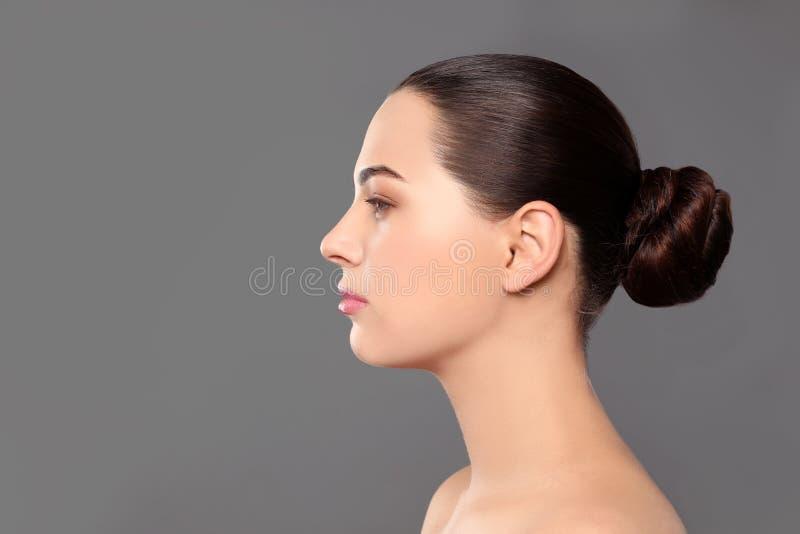 Portret van jonge vrouw met mooi gezicht en natuurlijke make-up op kleurenachtergrond stock foto