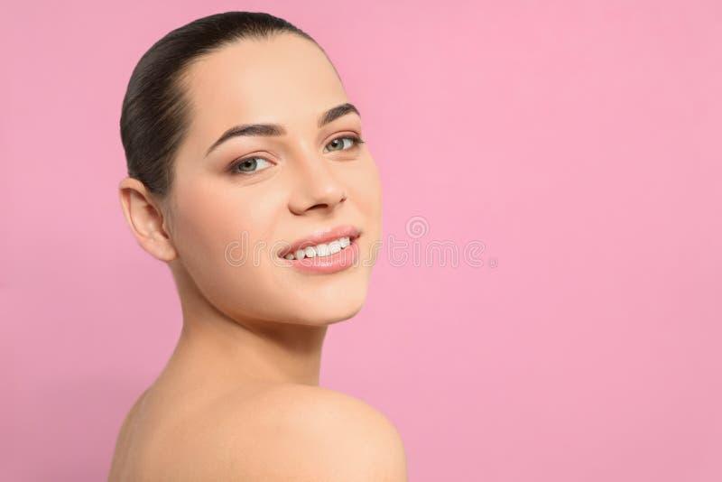 Portret van jonge vrouw met mooi gezicht en natuurlijke make-up op kleurenachtergrond royalty-vrije stock foto's