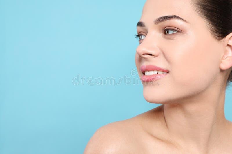 Portret van jonge vrouw met mooi gezicht en natuurlijke make-up op kleurenachtergrond Ruimte voor tekst royalty-vrije stock afbeeldingen
