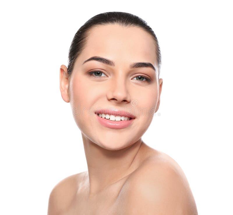 Portret van jonge vrouw met mooi gezicht en natuurlijke make-up stock foto