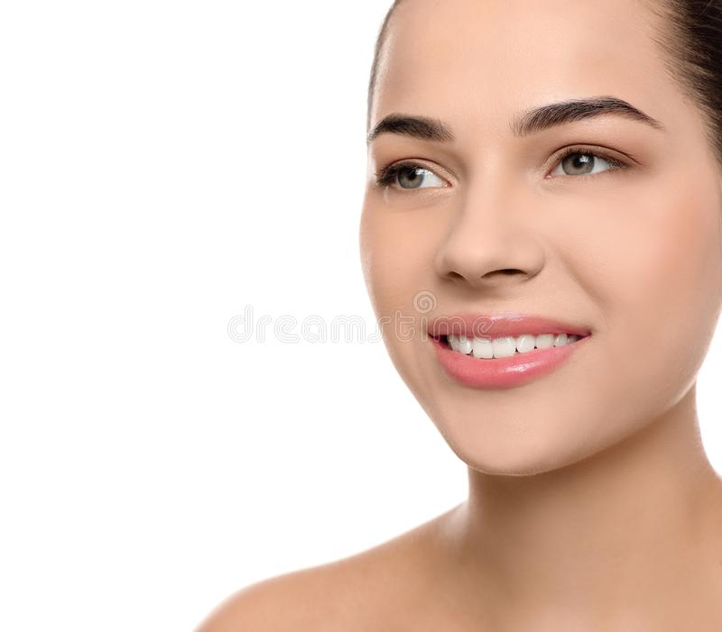 Portret van jonge vrouw met mooi gezicht en natuurlijke make-up op witte achtergrond royalty-vrije stock afbeelding