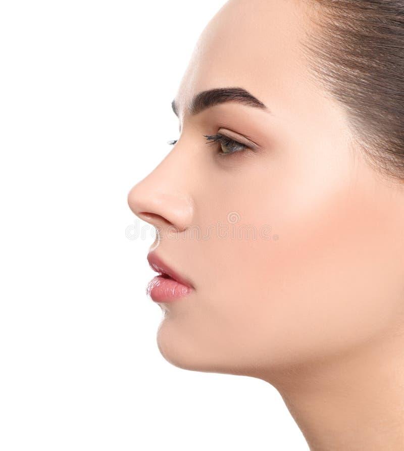 Portret van jonge vrouw met mooi gezicht en natuurlijke make-up op witte achtergrond royalty-vrije stock foto