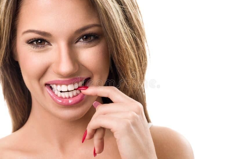 Portret van jonge vrouw met perfecte glimlach stock fotografie