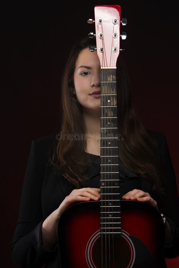 De jonge Vrouw van de Schoonheid met het Portret van de Gitaar stock fotografie