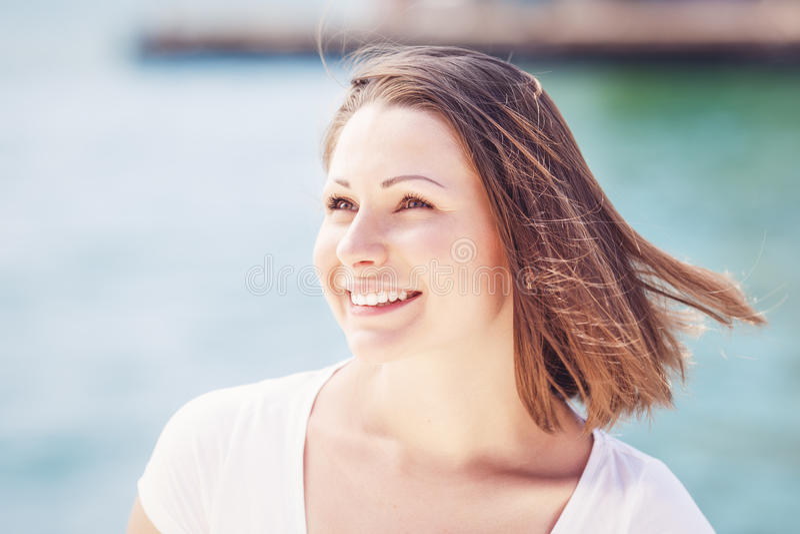 Portret van jonge vrouw met slordig haar stock fotografie