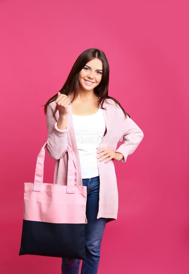 Portret van jonge vrouw met textielzak stock foto
