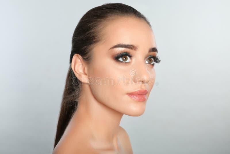 Portret van jonge vrouw met wimperuitbreidingen stock afbeeldingen