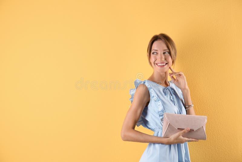 Portret van jonge vrouw in modieuze uitrusting met beurs stock afbeeldingen