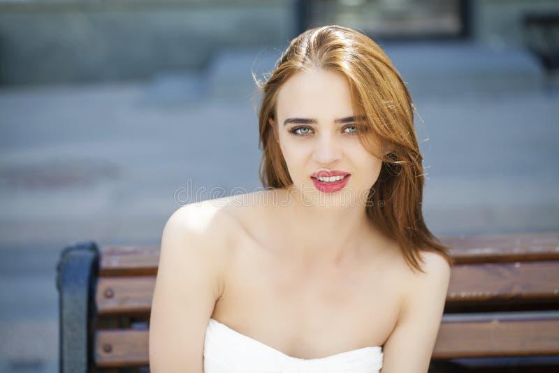 Portret van jonge vrouw op de zomerstraat royalty-vrije stock foto's