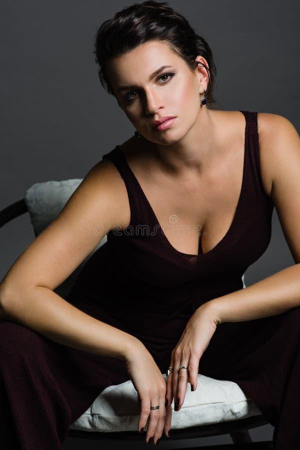 Portret van jonge vrouw op donkere achtergrond stock foto's