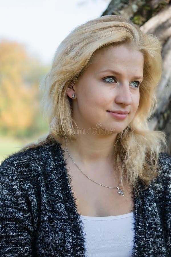 Portret van jonge vrouw openlucht royalty-vrije stock foto