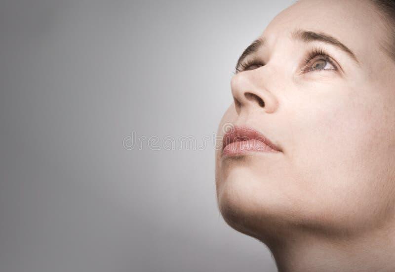 Portret van jonge vrouw in overpeinzing royalty-vrije stock foto's