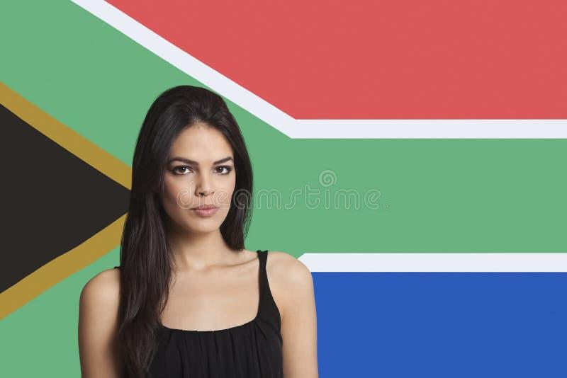 Portret van jonge vrouw tegen Zuidafrikaanse vlag royalty-vrije stock foto's