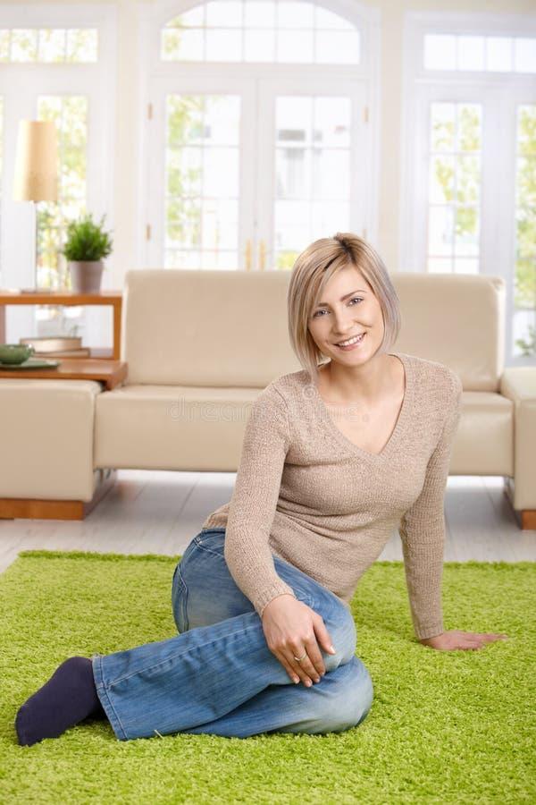 Portret van jonge vrouw thuis stock foto